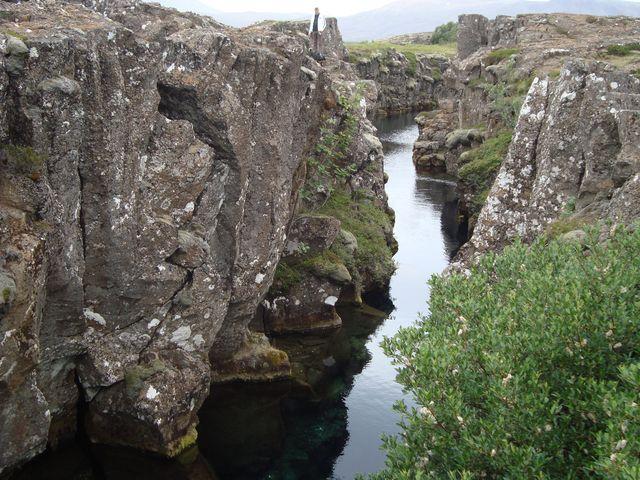 Risse in der alten Lava am See