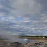 Der Dampf durchbricht die Wasserkugel des Strokkurs